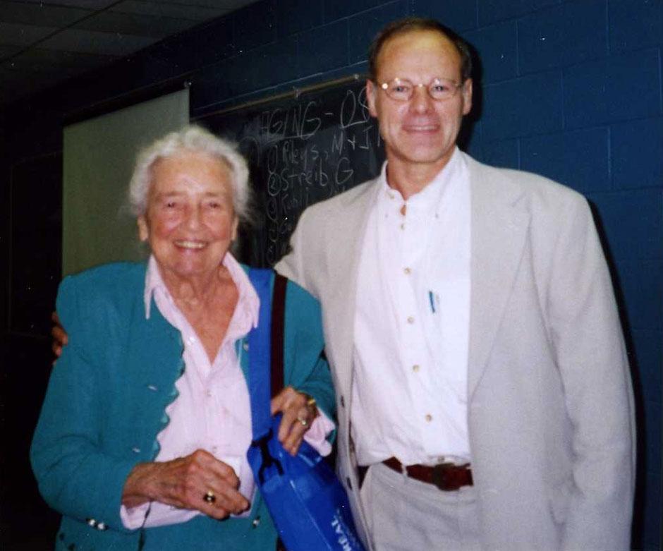 Met Matilda Riley (1911-2004) gedurende het Wereldcongres voor Sociologie in Montreal, Canada, 29 juli 1998.